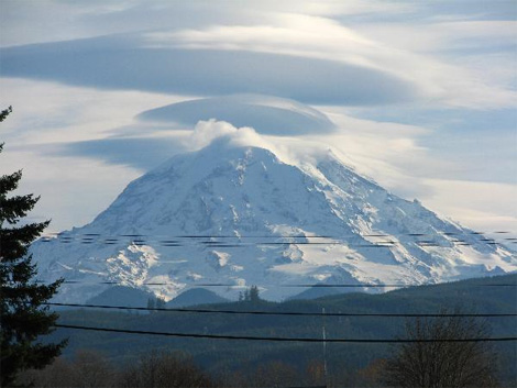 Below Are Some Awesome S S Of One Of Those Mountain Weather Spectacles Standing Lenticular Clouds